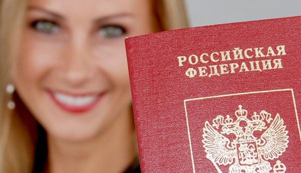 Взять кредит наличными по паспорту - девушка и паспотр