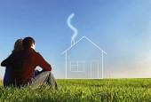 Ипотечные кредиты Сбербанка молодая семья-муж и жена на лугу