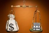реализация банками залогового имущества-весы с деньгами и домом
