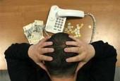 узнать задолженность по кредиту Сбербанк-человек над телефоном с деньгами